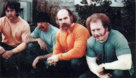 Второй слева - Барри Миллс, второй справа - Тайлер Бингем