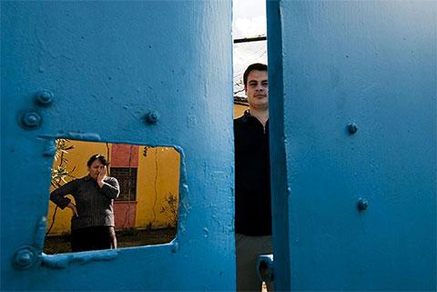 В городе Калмет 16-летний Эди, сын 40-летней Розы, уже четыре года не выходит на улицу. Его отец убил двух соседей. Хотя их семьи в отместку расправились с ним, Эди все равно боится покидать дом: жизнь одного из соседей еще не отомщена