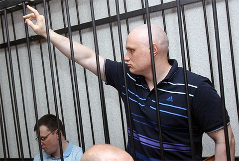 Сергей Фирстов, бригадир ОПГ, на заднем плане Печников