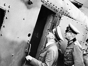 Гитлер осматривает поезд, который впоследствии найдут набитый золотом