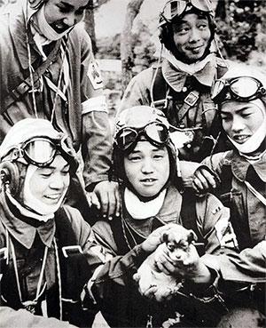 Японские летчики камикадзе - студенты перед боевым вылетом