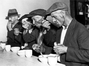 Многие люди были слишком бедны, чтобы позволить себе пищу. Были супные кухни и хлебные линии, которые позволяли голодным есть бесплатно