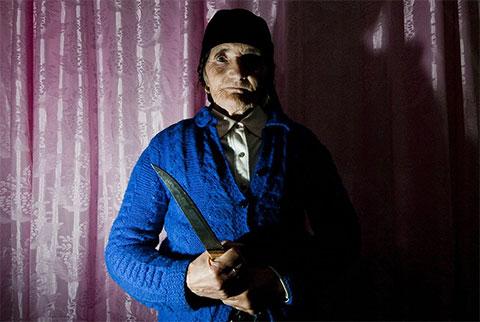 Мария, жена Марку. 66-летняя Мария демонстрирует нож, которым намерена защищаться в случае нападения