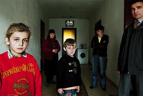 Семья Шитани. Отец семейства Шитани, Бесник, убил в пьяной драке одного из соседей. Сейчас Бесник отбывает срок в тюрьме, а его дети — шестилетний Александр и восьмилетняя Майлинда — боятся ходить в школу. Учитель посещает их на дому