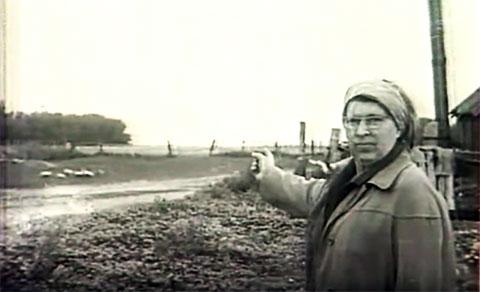 Антонина Макарова - Гинзбург показывает следователям место расстрелов советских граждан. Июль 1978 г. поселок Локоть