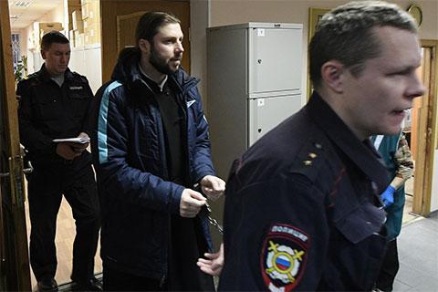 Глеб Грозовский во время этапирования в суд