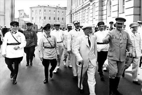 Иосиф Сталин прогуливается по Москве