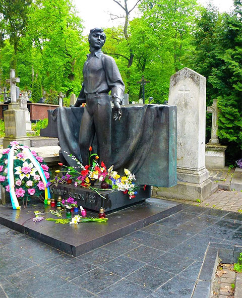 Памятник на могиле Владимира Ивасюка