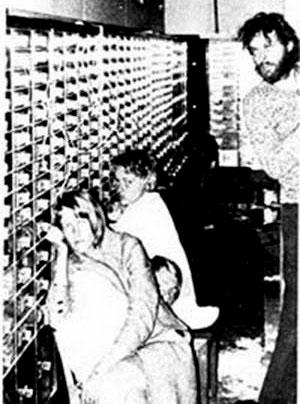 Заложники и Кларк Улофссон (справа) в помещении банка