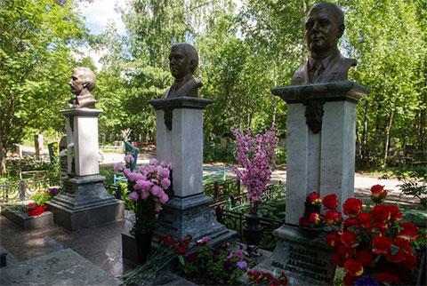 Слева памятники: Григорий Цыганов, Сергей Иванников, Александр Хабаров