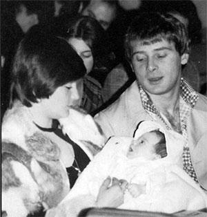 Сальваторе с женой о дочкой Карен в церкви