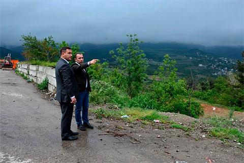 Андрей Ростенко и глава ликвидационной комиссии ялтинского комбината благоустройства Темерлан Джазаев
