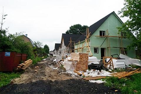 Справа - незаконная постройка домов