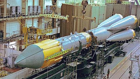 Ракета-носитель «Союз-5» в монтажно-испытательном корпусе на космодроме Плесецк