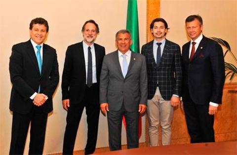 Глава Татарстана Рустем Минниханов (в центре), Эрнест Магдеев (второй справа), Рустэм Магдеев (крайний справа) вместе с иностранными инвесторами Полом Грином и Уди Шелегом