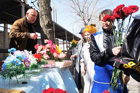 Продажа цветов у входа на Ваганьковское кладбище, 24 апреля 2011 года