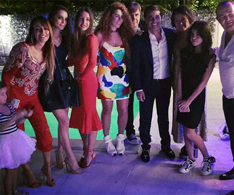Владимир Галантерник (на фото — в центре на заднем плане, между своей супругой Натальей Зинько и бизнесменом Валидом Арфушем) на новогодней вечеринке в Майами, 1 января 2016 года