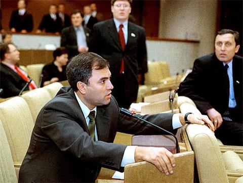 Вячеслав Володин (в тот момент — лидер фракции «Отечество — Вся Россия») на заседании Госдумы, 20 марта 2002 года