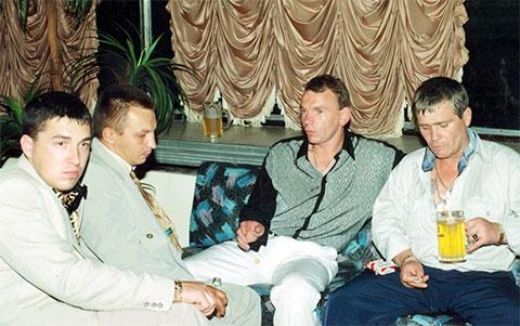 Слева воры в законе: Олег Рогачев (Рогаченок), Владимир Бирюков (Биря), Владимир Клещ (Вова Щавлик) и) Вячеслав Крылов (Славка Крыл)