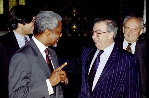 Генеральный секретарь ООН Кофи Аннан и министр иностранных дел РФ Евгений Примаков во время встречи в Москве, 1997 год