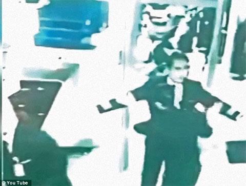 Фарик Абдул Хамид проходит проверку безопасности в Международном аэропорту при посадке на рейс МН370