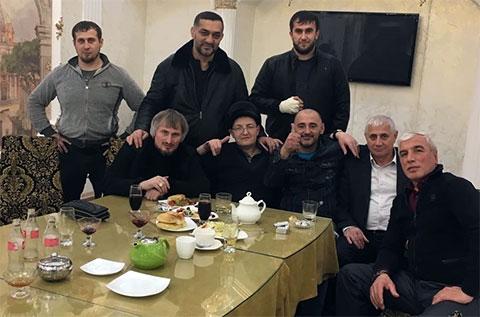 За столом: 1) Аслан Македонский, 2) вор а законе Азиз Батукаев, 3) вор а законе Хусейн Ахмадов (Хусейн Слепой), апрель 2017 года, Грозный