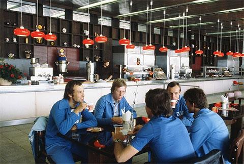 Велосипедисты из ГДР в минуты отдыха в одном из кафе Олимпийской деревни