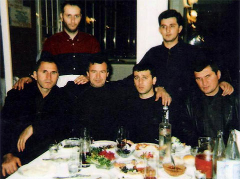 Воры в законе: внизу слева: Башир Нальгиев (Слепой), Гия Дангадзе (Ферзула), Гела Кардава, Роман Барбакадзе (Ремень); вверху слева: Ираклий Пипия (Ика Сухумский) и Мамука Квижинадзе (Мамука Кутаисский), 1999 год, Сочи