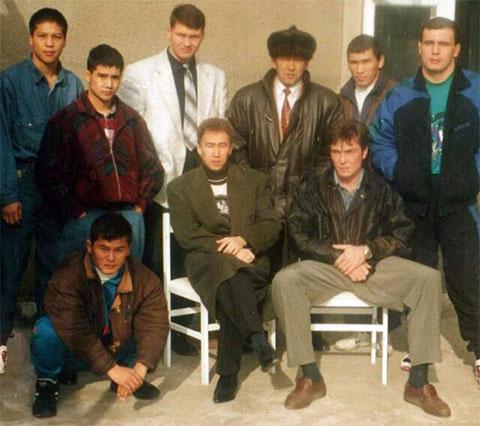 В центре на стуле: Несипбай Насенов - Рыжий Алмаз
