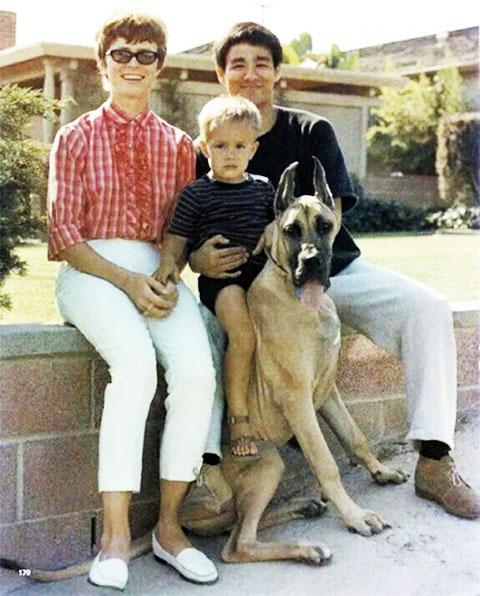 Брюс Ли с женой Линдой и сыном Брэндоном
