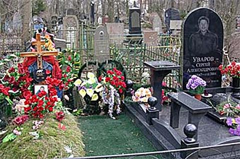 Слева могила Сергея Васильченкова