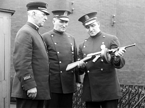 Полицейские с пистолетом-пулеметом Томпсона фото