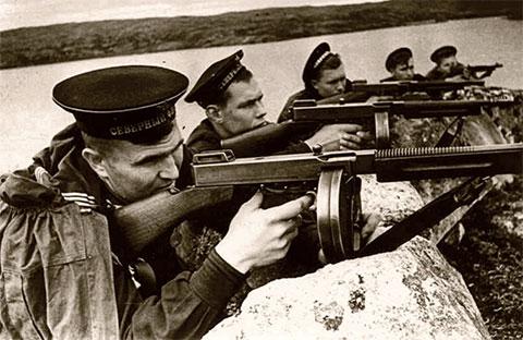 Советские моряки на Кольском полуострове вооружены пистолетом-пулеметом Томпсона