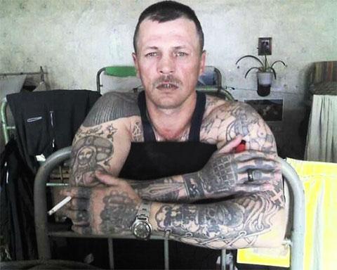 Эполеты на плече указывают на авторитетного заключенного фото