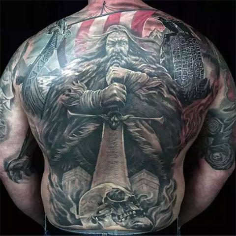 Мужская скандинавская татуировка во всю спину (фото)