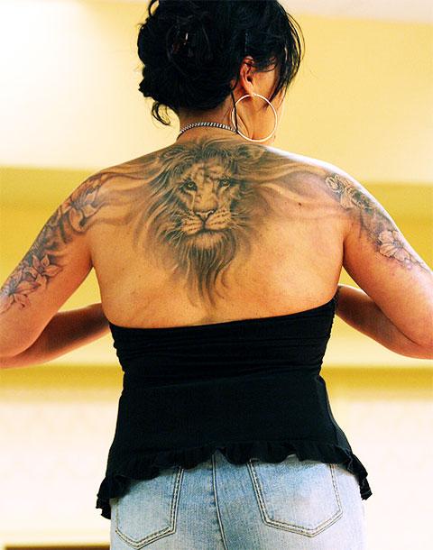 Тату со львом на спине у девушки