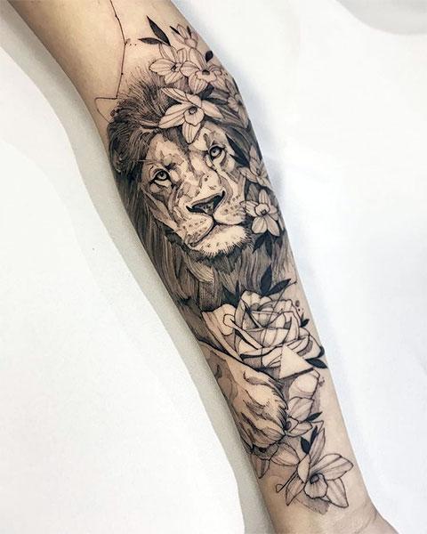 Тату лев на руке девушки