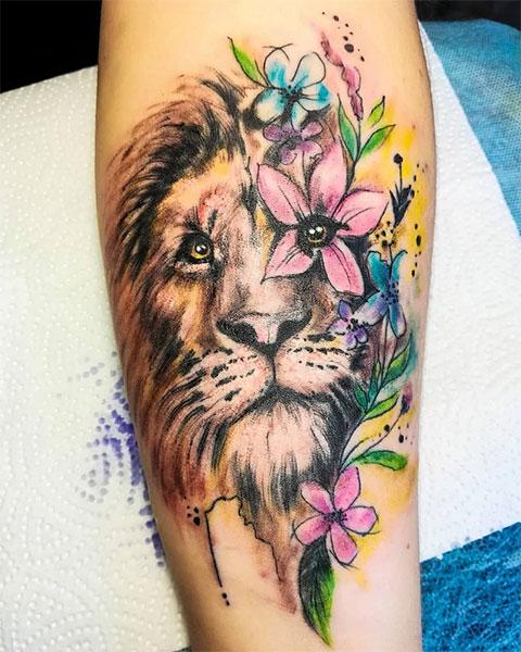 Цветная тату со львом на руке девушки