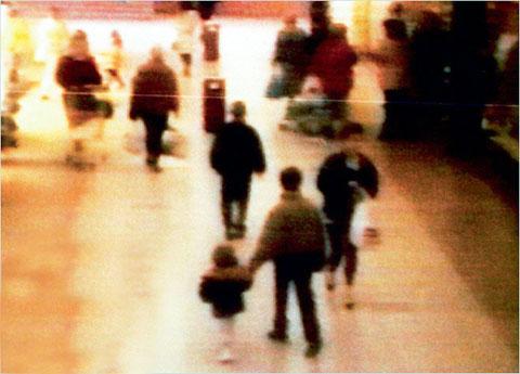 Кадры с камеры торгового центра: Джон Венейблс ведет ребенка (Роберт Томпсон идет сзади)