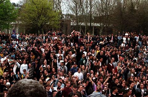 Около 7000 человек посетили публичный мемориал Курта Кобейна, который открылся 10 апреля 1994 года в Сиэтл-центре