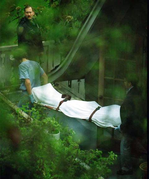 Тело Курта Кобейна выносят из дома