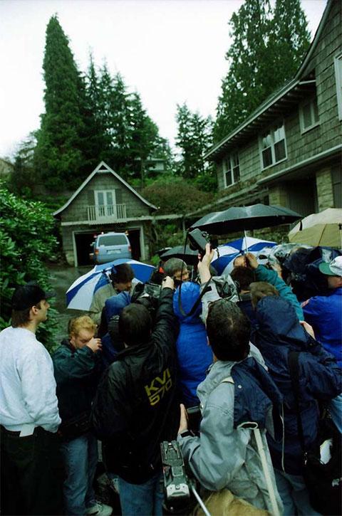 Множество репортеров у дома, где найден труп Курта Кобейна