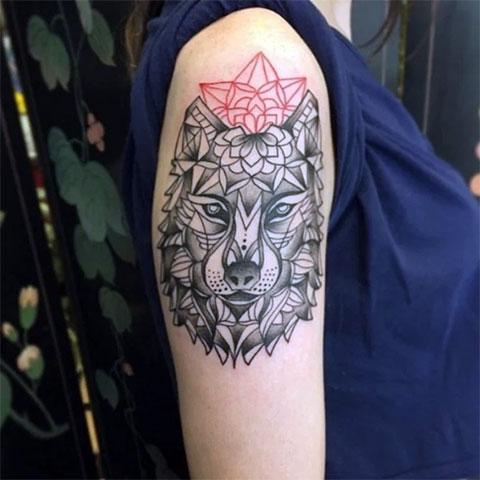 Тату волк на руке у девушки в геометрии