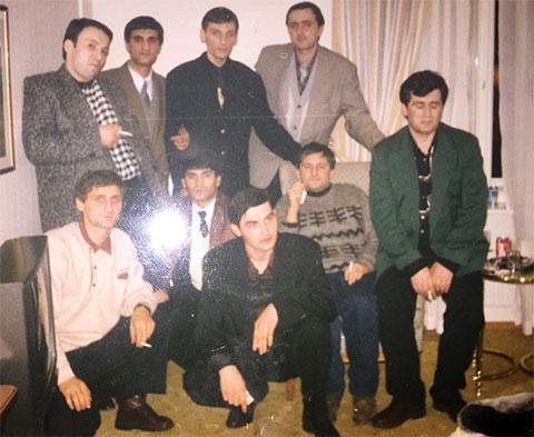 Вверху воры в законе: 1) Малхаз Сихарулидзе, 3) Бадри Когуашвили; внизу воры в законе: 1) Казбек Шахбулатов (Казбек Рыжий), 2) Эдуард Асатрян (Эдик Тбилисский), 4) Мераб Табагуа (Муха), 4) Гия Бериашвили (Беремена), Санкт-Петербург (Ленинград)