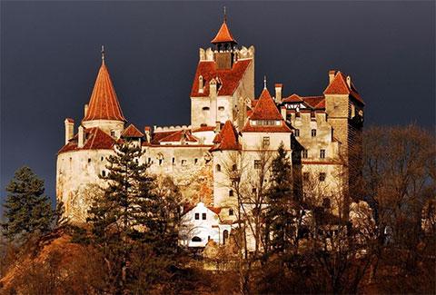 Бран - замок вампиров в Румынии , в живописном местечке Бран в 30 км от Брашова, на границе Мунтении и Трансильвании