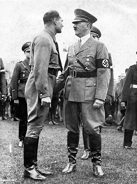 Рудольф Рудольф Гесс и Адольф Гитлер после освобождения из тюрьмы Ландсберг в 1924 году