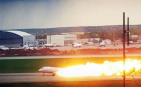 Из-за чего загорелся самолет с людьми в Шереметьево