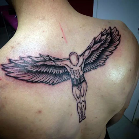 Мужская татуировка ангела на спине