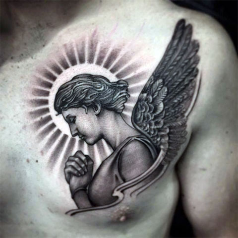Тату ангела-хранителя на груди