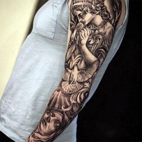 Татуировка с ангельской тематикой на руке мужчины